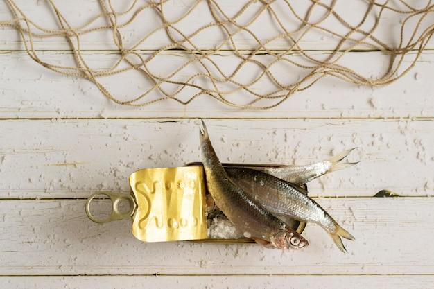 新鮮な魚の缶詰の健康的な食事の材料