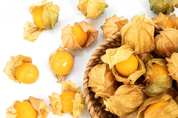 白い表面に新鮮なケープグーズベリーフルーツ