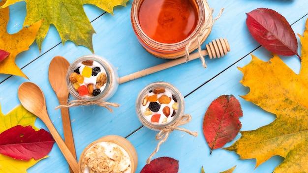 가 테이블에 요구르트와 나무 컵에 신선한 카푸치노.