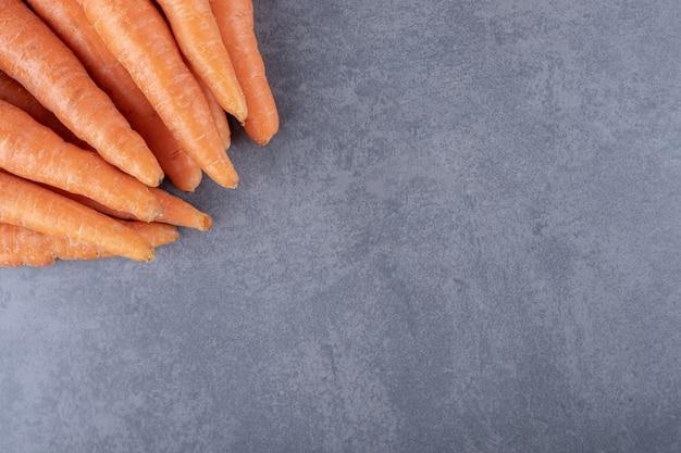 Букет свежей моркови, на мраморном фоне.