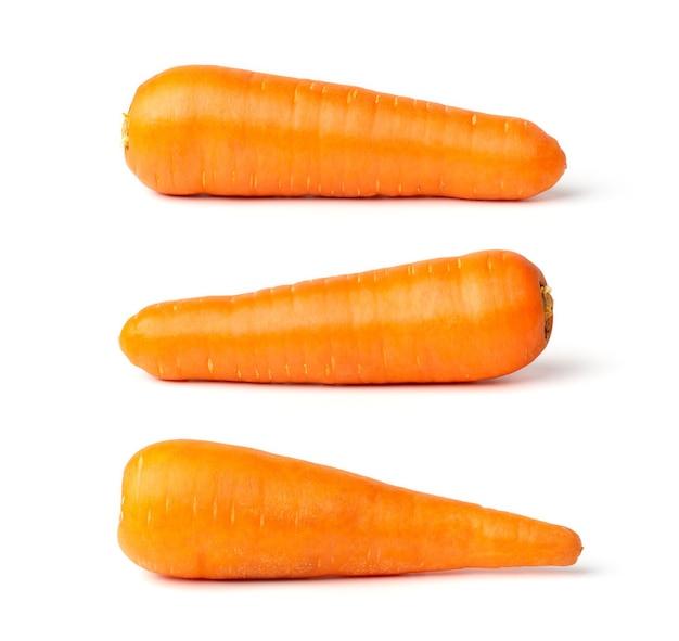 Свежая морковь, изолированные на белом фоне. обтравочный контур включен в эти изображения.