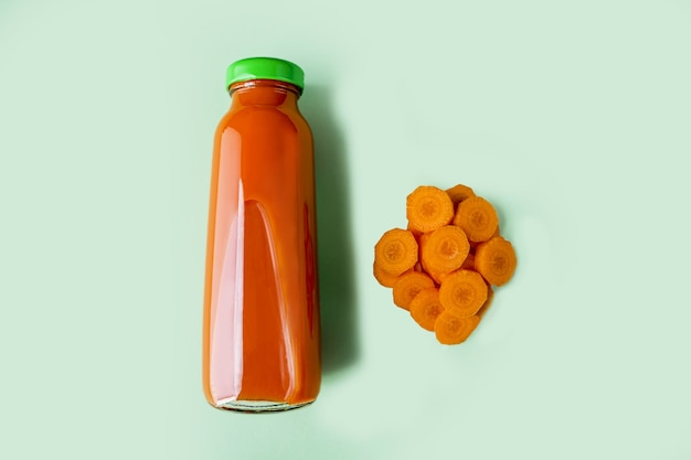 ガラス瓶の中の新鮮なにんじんジュース
