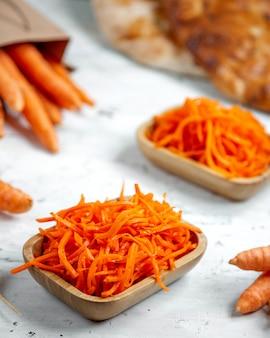 Салат из свежей моркови на столе