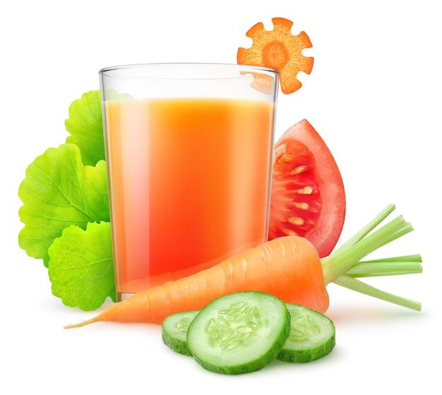신선한 당근 얇게 썬 오이, 토마토, 흰색으로 분리된 혼합 야채 음료 한 잔
