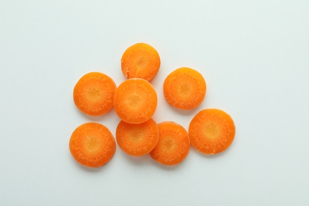 Ломтики свежей моркови на белом изолированном фоне