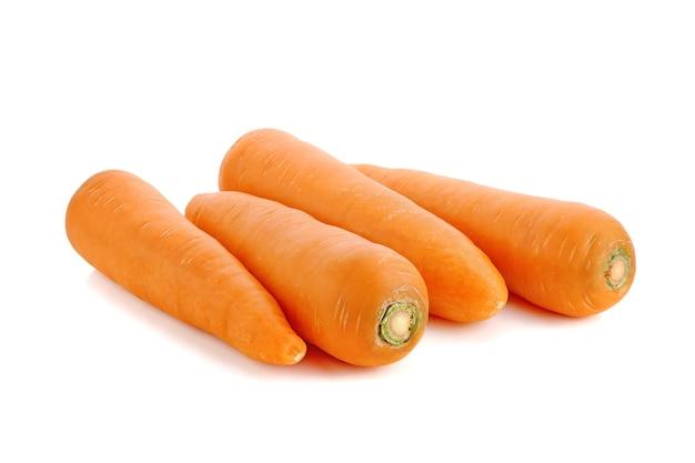 Свежая морковь, изолированные на белом фоне