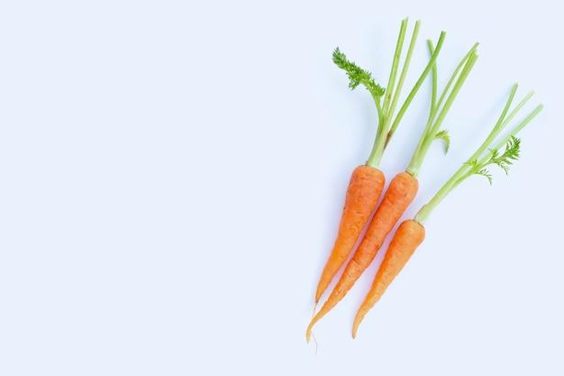 Свежая морковь на белой поверхности