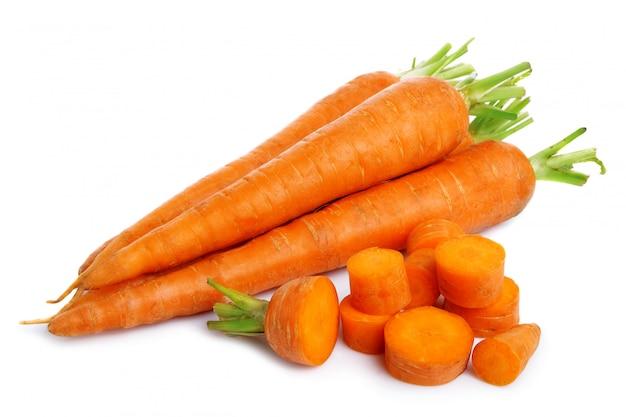白で隔離される新鮮なニンジンの野菜