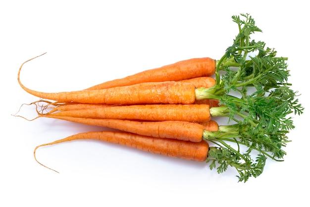 Свежая морковь с листьями, изолированные на белом фоне, детские моркови здоровый овощ на белом фоне.