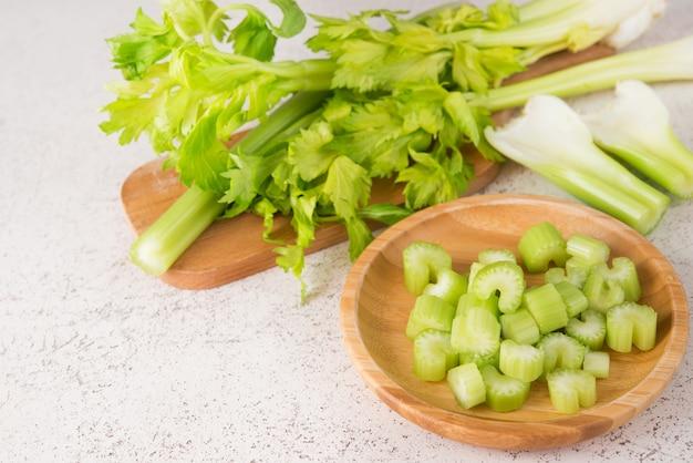 新鮮なセロリの茎を細かく切って調理する
