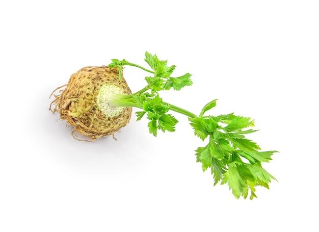 Свежий сельдерей с изолированным корневым листом