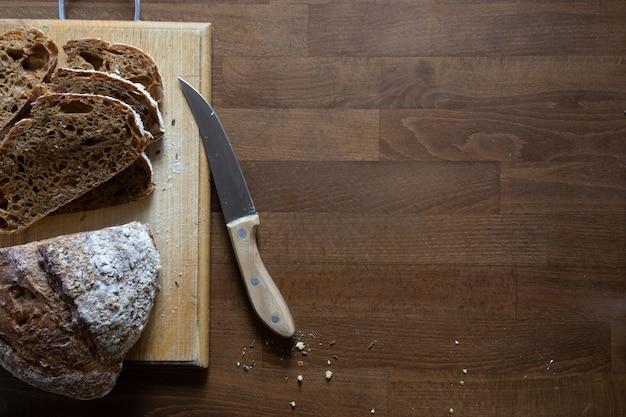 キッチンボード、上面図でスライスにスライスされた新鮮なシリアルパン