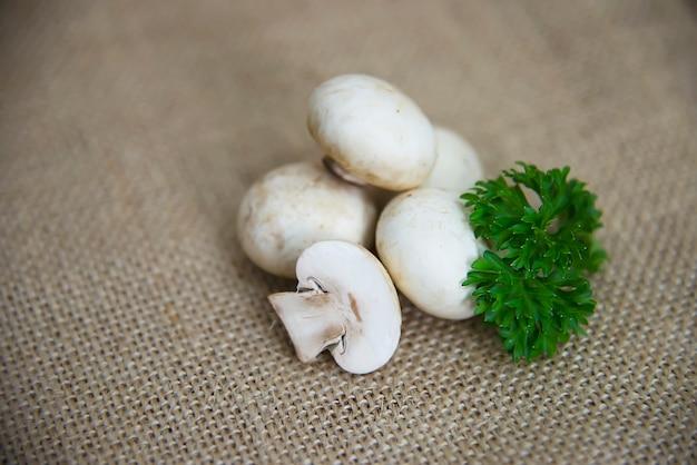 Свежий шампиньон грибной овощной на кухне