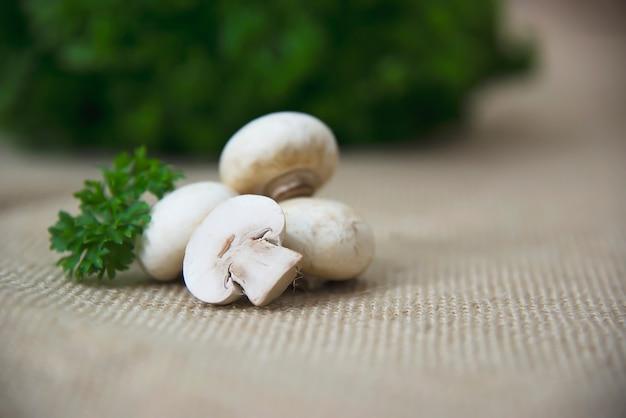 부엌에서 신선한 샴 피 뇽 버섯 야채