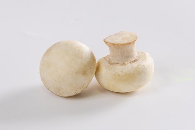 Свежие грибы шампиньоны, изолированные на белом фоне
