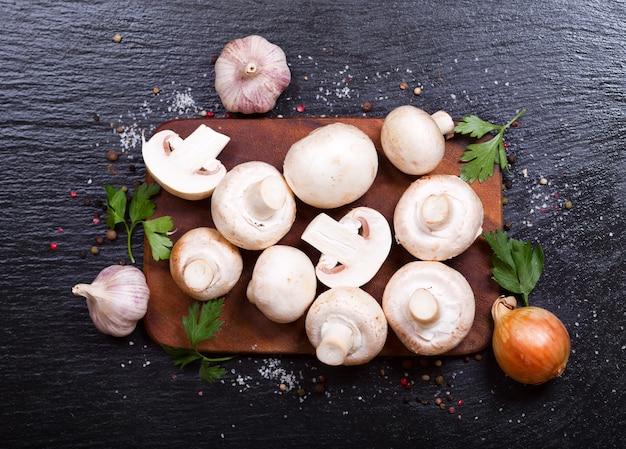 어두운 테이블 상단보기에 야채와 함께 신선한 샴 피뇽 버섯