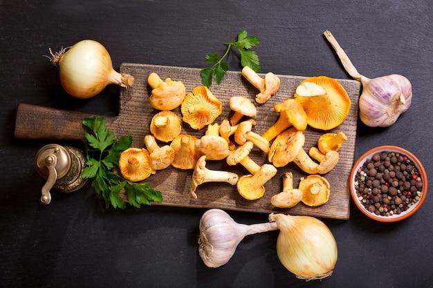 요리를위한 신선한 야채와 함께 신선한 살구 버섯, 평면도