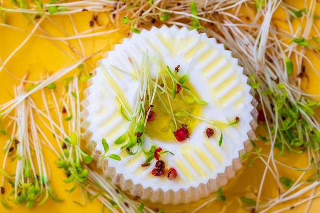 Свежие сырные нежные ростки люцерны и оливковое масло первого отжима для здорового и здорового питания