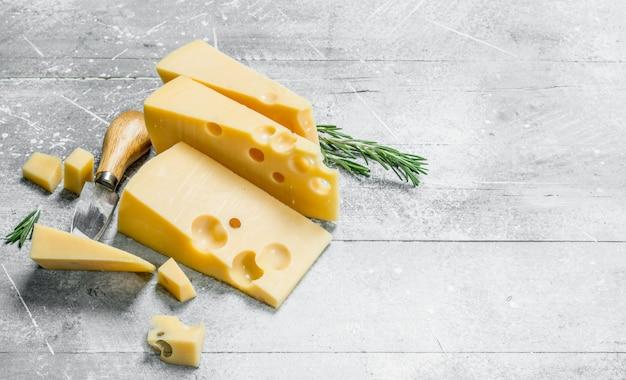 Свежий сыр с розмарином. на деревенском фоне.