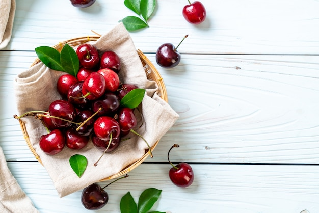 Свежие вишни в миске Premium Фотографии