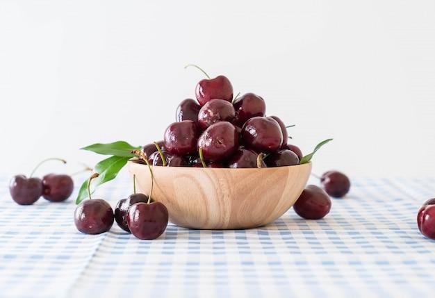 Свежая вишня в деревянной чаше
