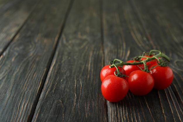 나무 배경에 신선한 체리 토마토 지점