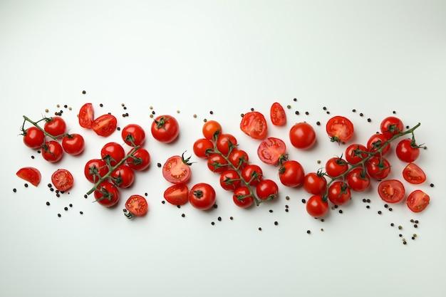 흰색 배경, 평면도에 신선한 체리 토마토