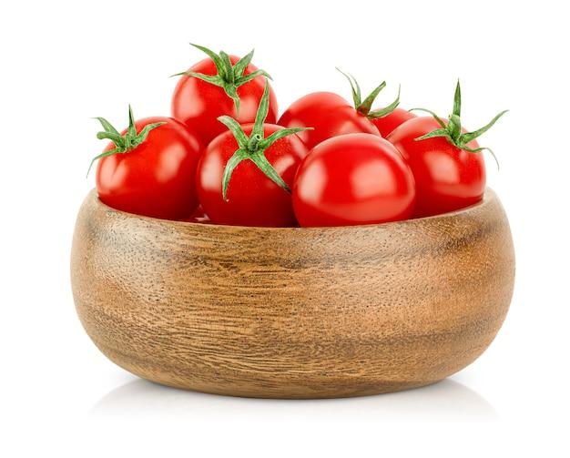 격리 된 흰색 배경에 나무 접시에 신선한 체리 토마토