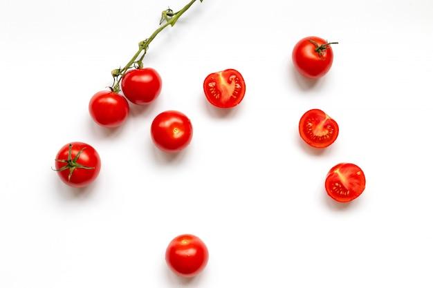 Свежие помидоры черри с каплей воды, изолированные на белом фоне, вид сверху, плоская планировка