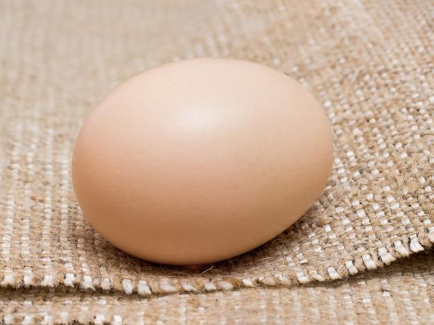 新鮮な鶏卵は粗い袋に産みます