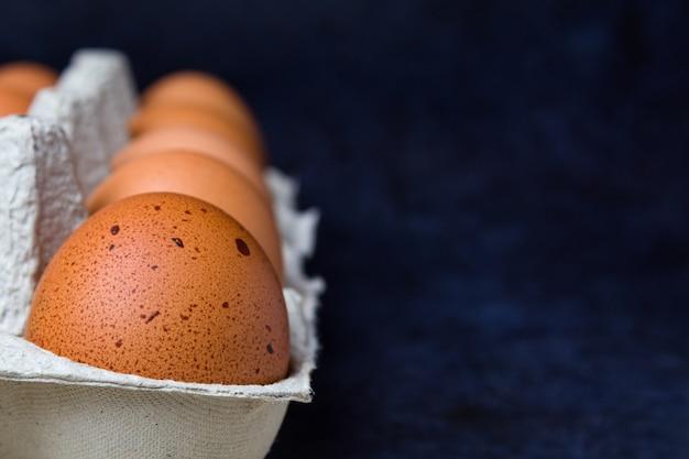 클로즈업에서 파랑에 골판지 트레이에 신선한 닭고기 달걀