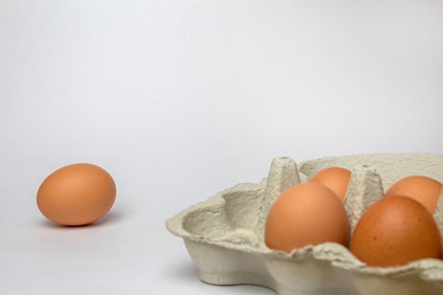 白の段ボールトレイに新鮮な鶏の卵