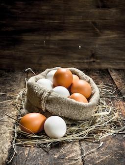 古い袋に入った新鮮な鶏卵