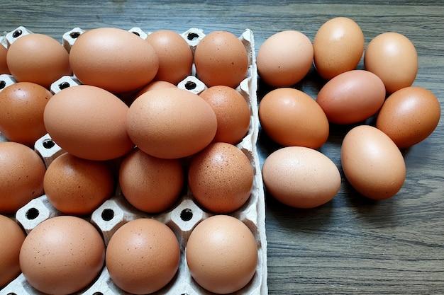 나무 배경에 포장된 신선한 닭고기 달걀