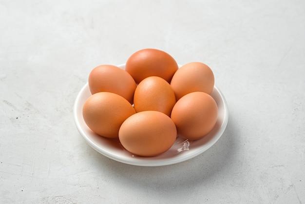 회색 배경 유기농 식품에 신선한 닭고기 달걀
