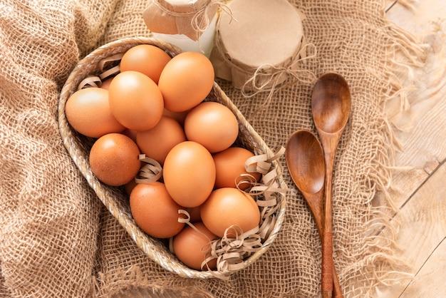 木製のテーブルに新鮮な鶏の卵。