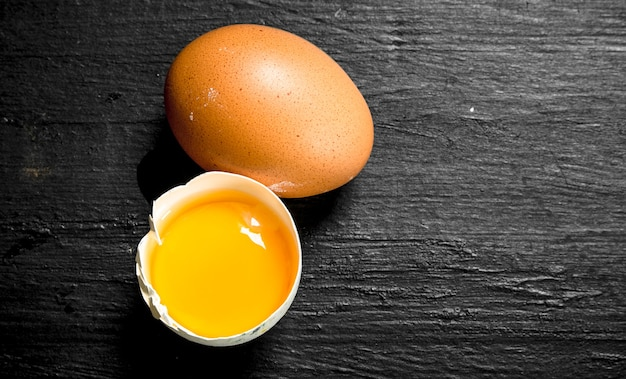 新鮮な鶏の卵。黒い黒板に。