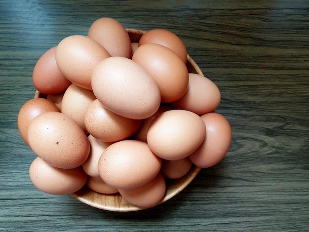 木製の背景に新鮮な鶏卵