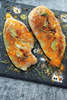 スパイスでマリネした新鮮な鶏の切り身