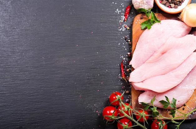 어두운 보드, 평면도에 야채와 함께 신선한 치킨 필렛
