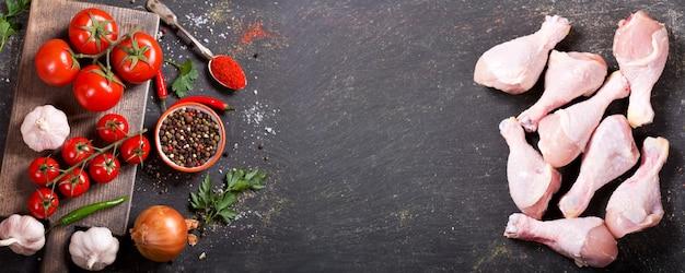 Свежие куриные окорочка с ингредиентами для приготовления, вид сверху