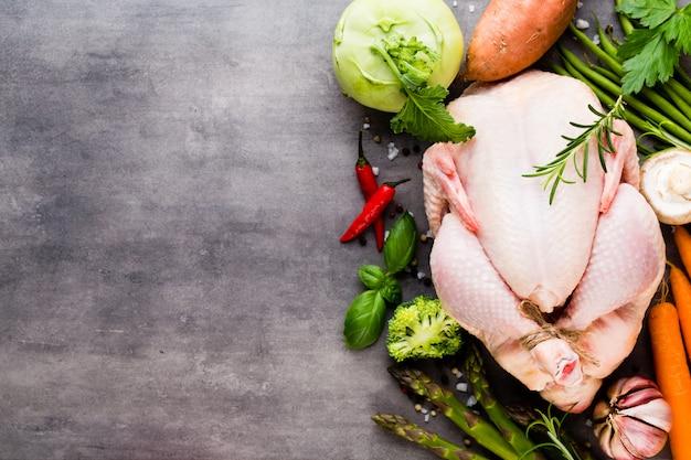 Свежее куриное мясо и овощи flat lay