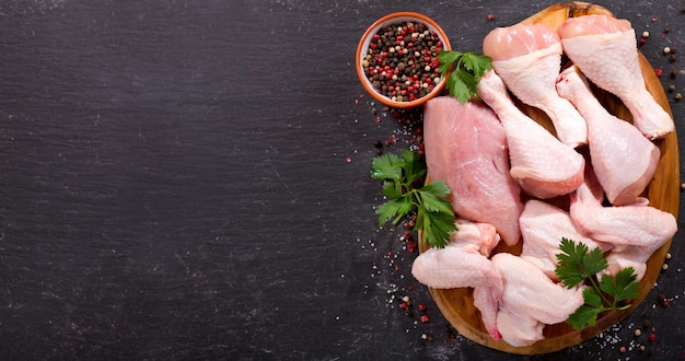 어두운 보드, 평면도에 신선한 닭고기