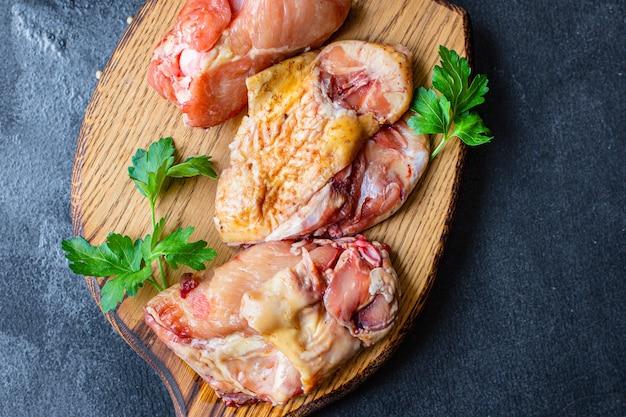 신선한 닭고기 조각 원시 수탉 또는 거위 농장 오리