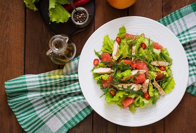 신선한 치킨 샐러드, 자몽, 양상추, 허니 머스타드 드레싱. 식이 메뉴. 적절한 영양 섭취. 평면도