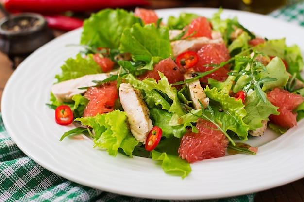 Салат из свежей курицы, грейпфрута, салата и медово-горчичной заправки. диетическое меню. правильное питание.