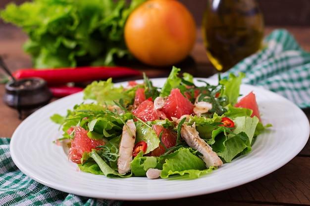 Салат из свежей курицы, грейпфрута, салата и медово-горчичной заправки. диетическое меню. правильное питание. Бесплатные Фотографии