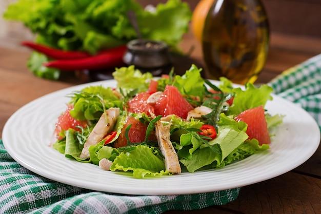 フレッシュチキンサラダ、グレープフルーツ、レタス、ハニーマスタードドレッシング。食事メニュー。適切な栄養。
