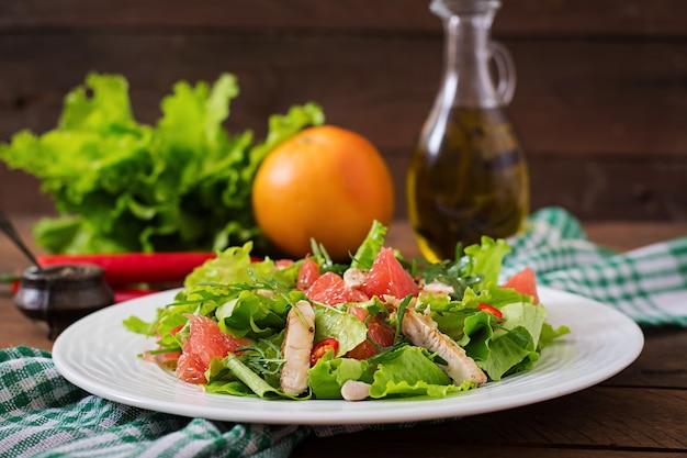 Салат из свежих куриных салатов, грейпфрута, салата и медового горчицы. диетическое меню. правильное питание.