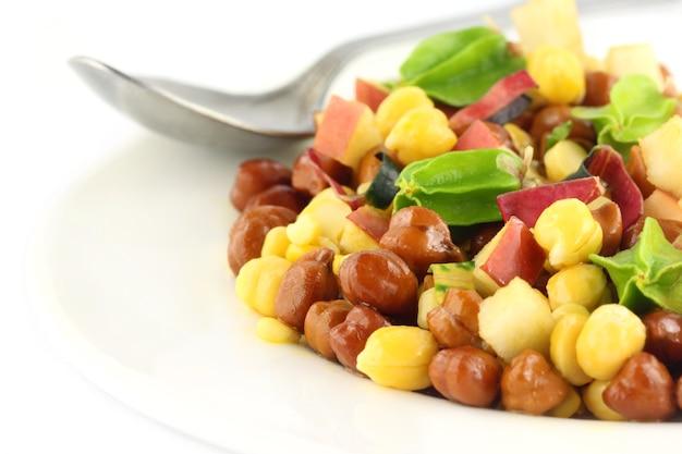 白い背景の上のプレートに新鮮なひよこ豆